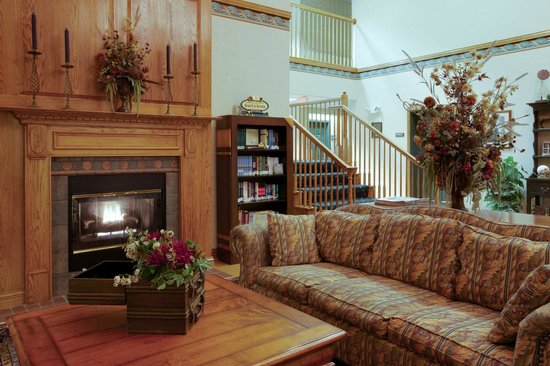 Country Inn & Suites By Carlson, Lancaster (Amish Country): Cozy lobby with a fireplace