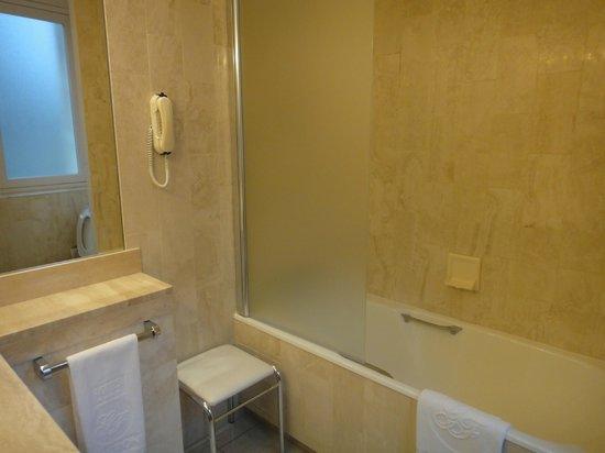 Hôtel Château Frontenac : Banheiro novo com banheira
