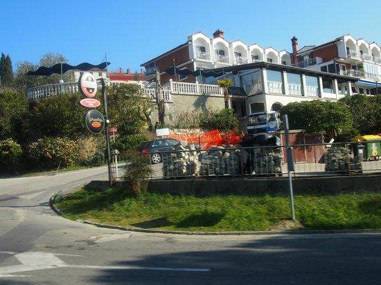 Hotel Tomi: Acceso a Restaurante y Hotel
