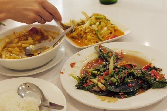 Krua Apsorn: Fried mussels, curried crab and lotus root.