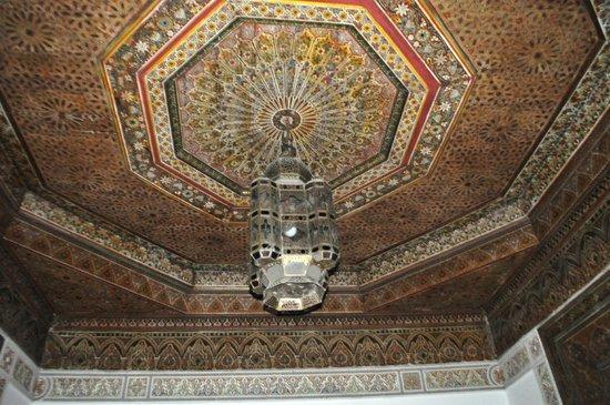 Riad Petit Darkoum: Ceiling of big suit