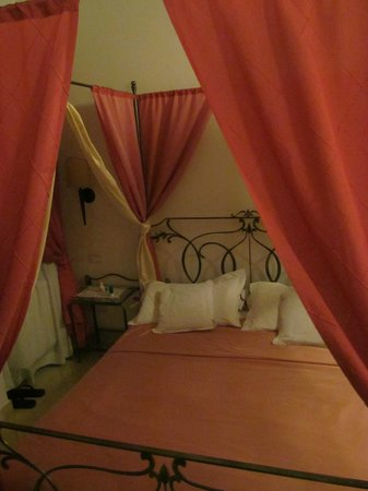 Alla Vite Dorata: Romantic bed