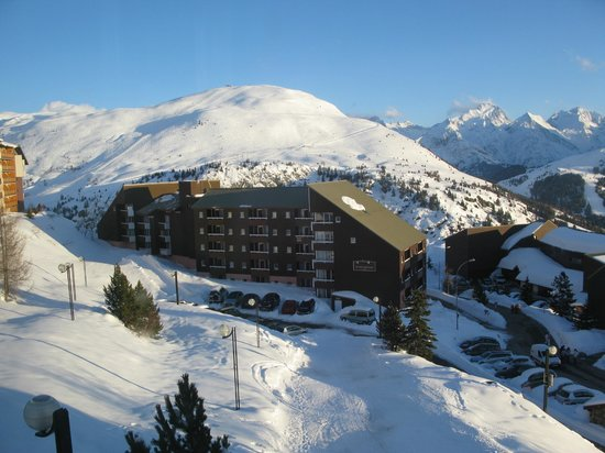 Pierre & Vacances Résidence Les Horizons d'Huez : view of the north side of the hotel and the piste back