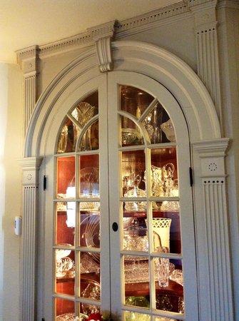 Silverstone Inn & Suites: Fabulous corner cupboards