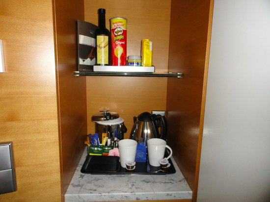 Hilton Athens: Coffe and tea maker complimentary