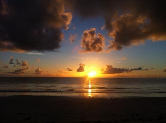 Hakuna Majiwe Beach Lodge: Alba stupenda all' Hakuna