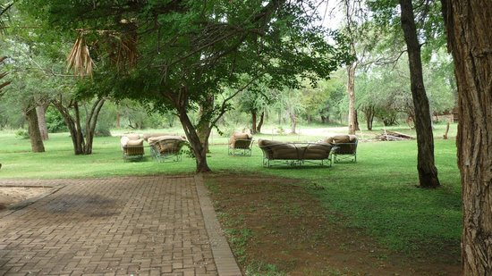 Shiduli Private Game Lodge: sofa outside