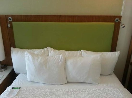 SpringHill Suites Pittsburgh Bakery Square: Bed with great, big pillows