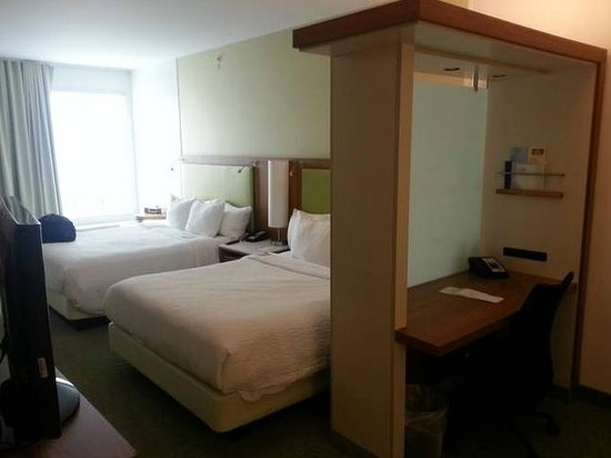 SpringHill Suites Pittsburgh Bakery Square: Room with work desk