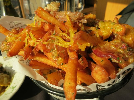 Willamette Valley Vineyards: Bacon cheddar fries with duck confit