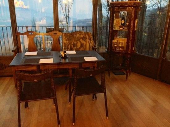 Hotel Villa Beccaris: tavolo per il breakfast con panorama sulle colline delle Langhe