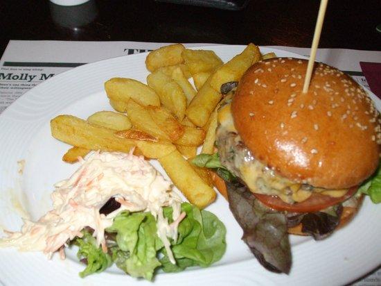 Paddy Reilly's Irish Pub : Cheeseburger, fries & cole slaw