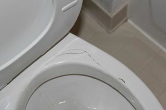 Extended Stay America - Dallas - Plano: The cracked toilet bowl.