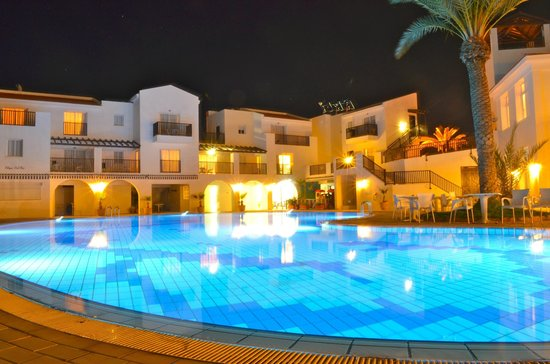 Akti Beach Village Resort: Night time around the pool