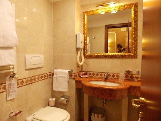 Hotel Del Corso: El baño de la habitación, divino!