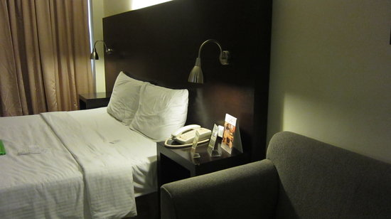 Pearl Lane Hotel: Soft Sofa and Bed