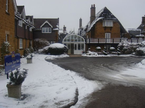 Best Western Plus Banbury Wroxton House Hotel : Main entrance to hotel, March 2013