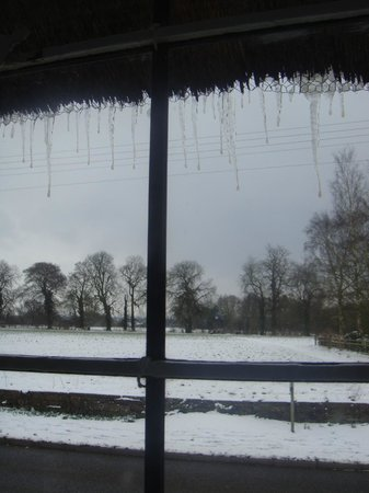 Best Western Plus Banbury Wroxton House Hotel : Icicles hanging from thatched roof
