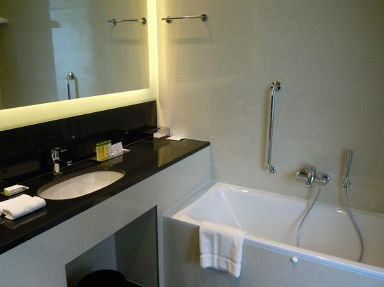 DoubleTree by Hilton Hotel Zagreb : Bathroom