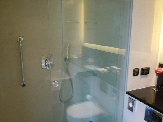 DoubleTree by Hilton Hotel Zagreb : Shower