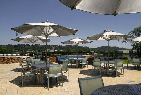 SpringHill Suites Chattanooga Downtown/Cameron Harbor: Outdoor Patio Overlooking Tennessee River