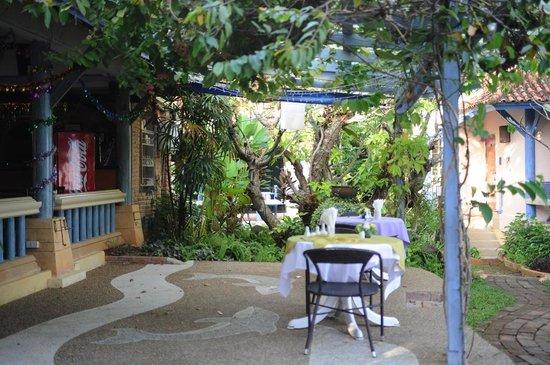 Ao Chalong Villa & Spa : Оформление территории