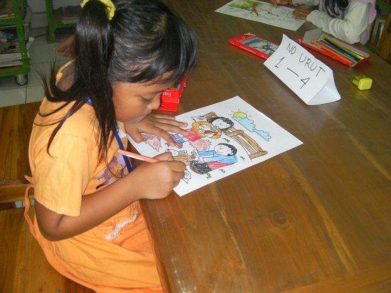 Openbare Bibliotheek Coba Baca: kinderen tekenen bij Coba Baca