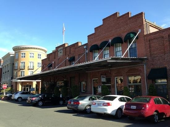 Napa River Inn at the Historic Napa Mill: parking lot and lobby entrance