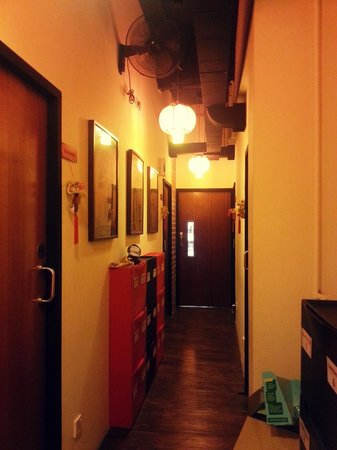 Beds and Dreams Inn @ ChinaTown: Rucksack Inn's always clean hallway.