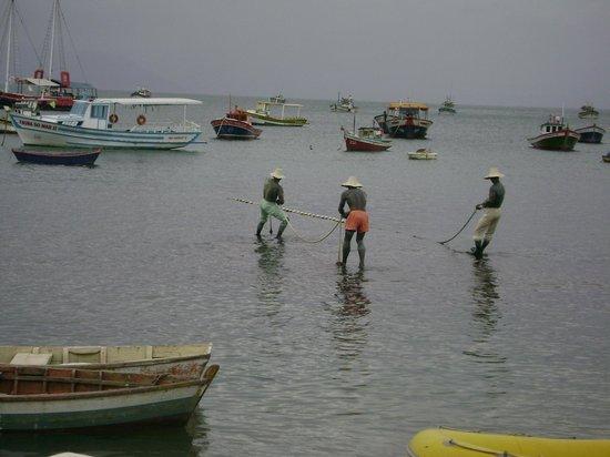 """Pousada Vila Pitanga: Escultura """"3 pescadores"""""""
