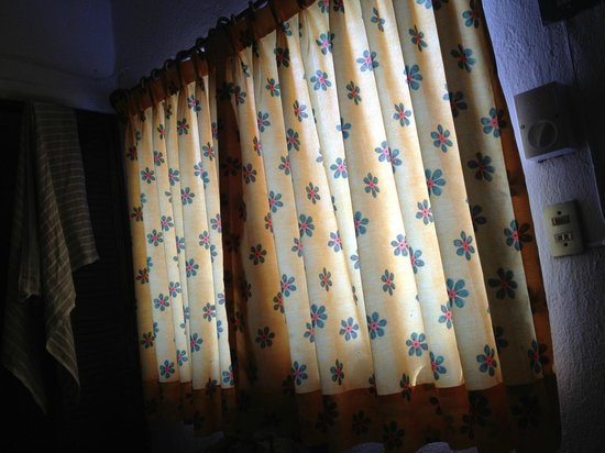 Hotel Posada de Roger: Nice nylon curtains... the bed was matching colors with different design