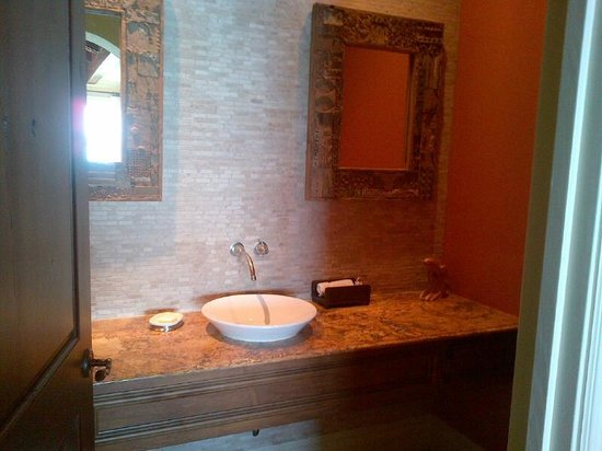 Grand Isle Resort & Spa: dark byt pretty powder room