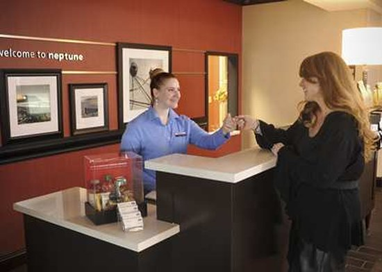 Hampton Inn Neptune/Wall: Front Desk