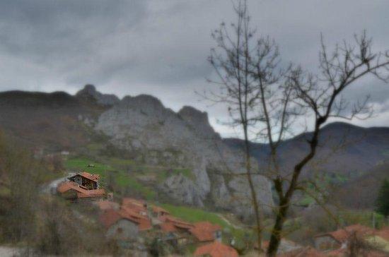 La Posada de Cucayo: El hotel desde el camino de los molinos