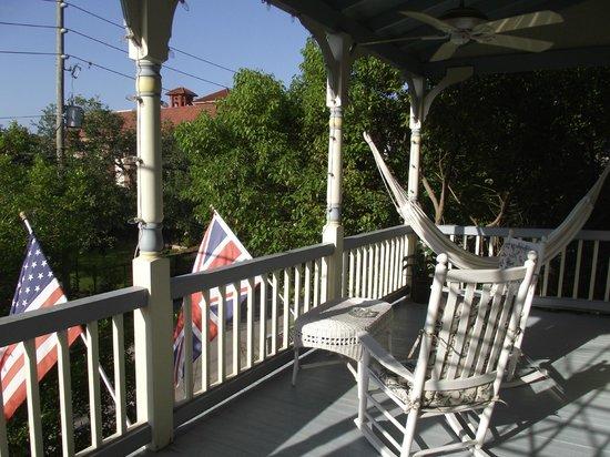 Penny Farthing Inn: Balcony.