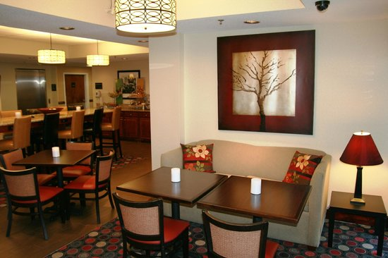 Hampton Inn Danville: Breakfast Soft Seating Area