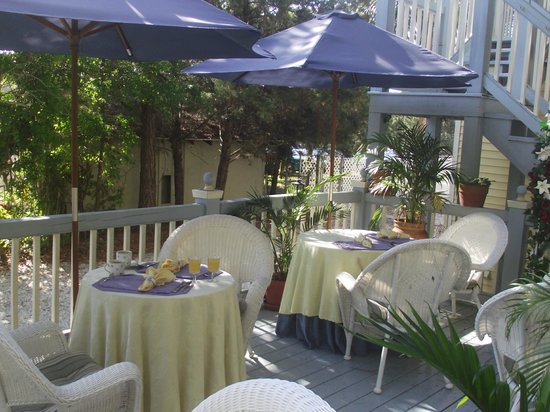 Penny Farthing Inn: You can have your breakfast served outside in this beautiful area or inside.