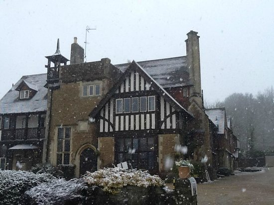 Farnham House Hotel: The hotel on our wedding day. Snow in March. UK weather!