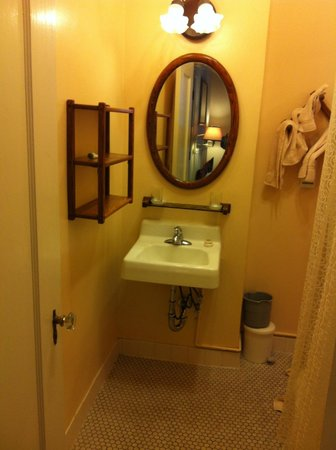 ذا أندروز هوتل: bare bones bathroom