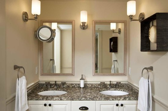 Vineyard Square Hotel & Suites: Luxury suite bathroom