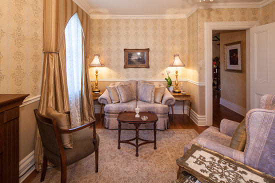 Russell Manor Bed and Breakfast: St. James Suite private sitting room
