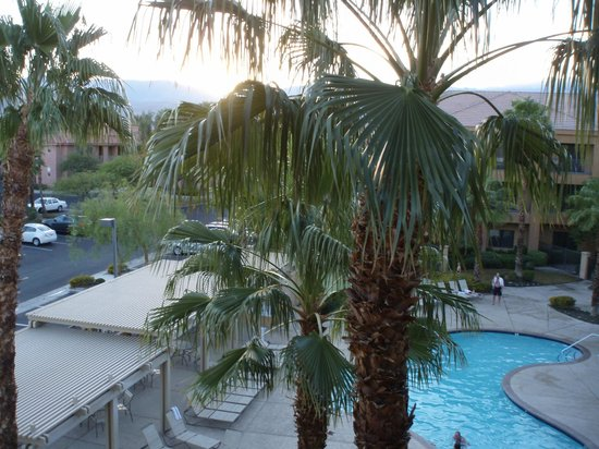 Courtyard Palm Desert: View of Pool and Mountains from Room