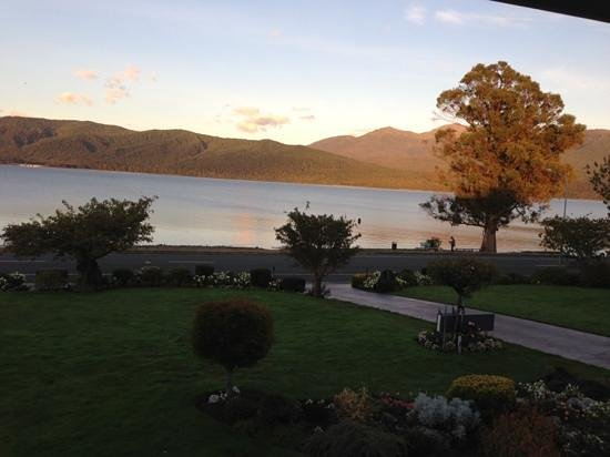 Lakeside Motel & Apartments: amazing sunrise view from our room