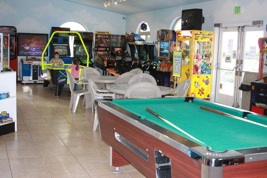 Emerald Dolphin Inn: Arcade & Billiards at the Mini Golf