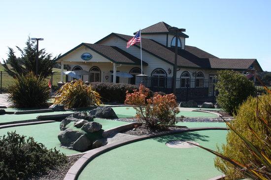 Emerald Dolphin Inn: ED Mini Golf Club House & Arcade