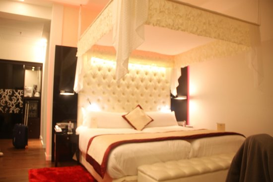 Iberostar Grand Hotel Budapest: four poster bed