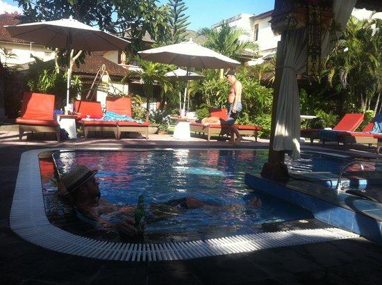 Wina Holiday Villa Hotel: Pool bar