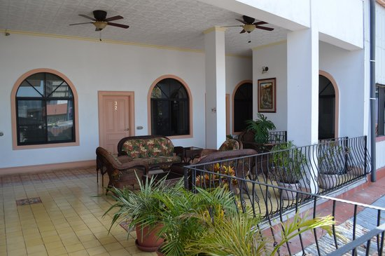 Hotel Santo Tomas: upstairs seating area
