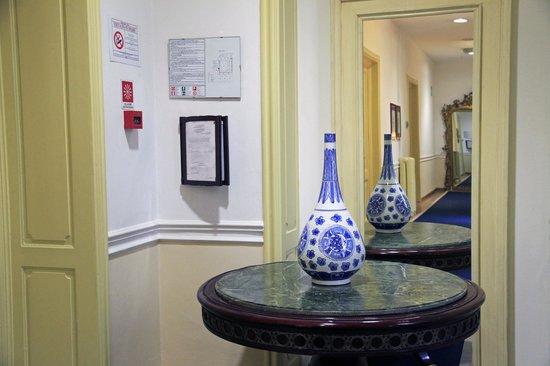 Palazzo Ruspoli: corridoio camere (le ceramiche)