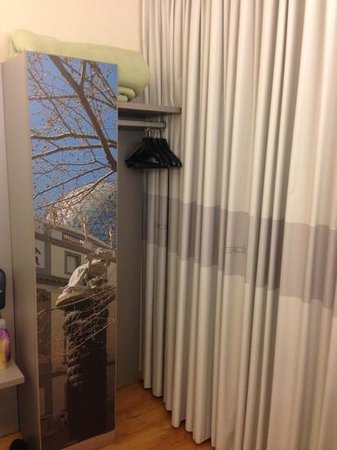 B&B Hotel Figueres: armario